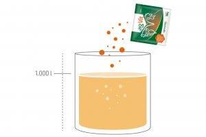 Aporte de vitaminas - A imagem mostra um copo de 1 litro, onde é colocado o suplemento vitamínico para aves em sachê.